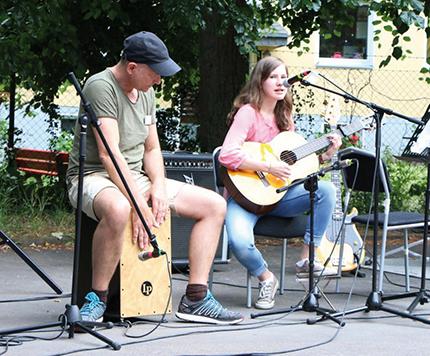 Live-Auftritt mit Musik und Percussion