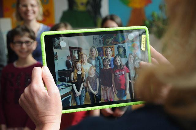 Gruppenaufnahme mit Ministerin Kampmann in der Kreativitätsschule Berg. Gladbach